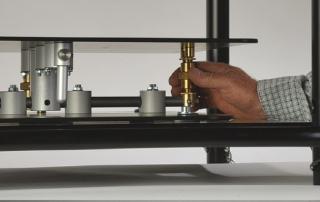 Kalibro è una soluzione esclusiva e brevettata da EUROMET che consente la regolazione micrometrica in tutti gli assi, tramite le manopole di ottone poste lateralmente, per allineare in maniera puntuale i fuochi dei due proiettori garantendo così la massima concentricità, indispensabile per la corretta proiezione e qualità delle immagini in 3D.
